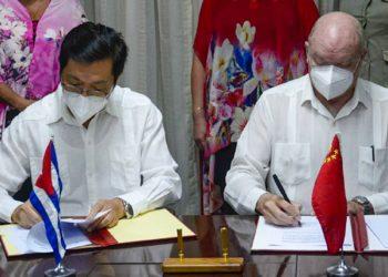 El embajador de China en La Habana, Chen Xi (izq) y el ministro cubano de Comercio Exterior e Inversión Extranjera, Rodrigo Malmierca, durante la firma de proyectos de colaboración. Foto: acn.cu
