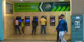 Cajeros del Banco Metropolitano en La Habana. Foto: Otmaro Rodríguez.