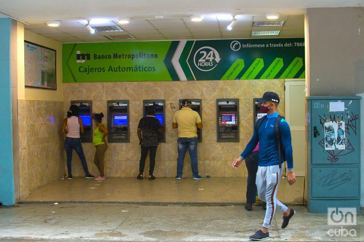 Cajeros del Banco Metropolitano en La Habana. Foto: Otmaro Rodríguez/Archivo OnCuba.