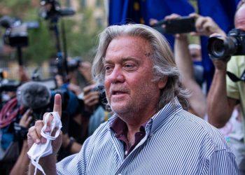 Steve Bannon saliendo del juzgado de Nueva York donde le presentaron cargos. Foto: AP.