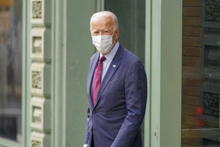 Joe Biden sale del Queen Theater tras pronunciar un discurso sobre la Corte Suprema el domingo 27 de septiembre de 2020 en Wilmington, Delaware. Foto: Andrew Harnik/AP.