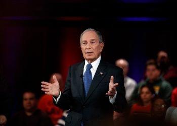 Bloomberg presenta en Tampa el nuevo anuncio de televisión a favor de Joe Biden y que subvencionó con 40 millones de dólares.   EPA