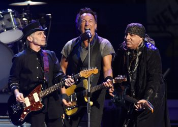 En esta fotografía de archivo del 15 de marzo de 2016, Bruce Springsteen durante una presentación con la E Street Band durante un concierto en Los Angeles Sports Arena. Foto: Chris Pizzello/Invision/AP, archivo.