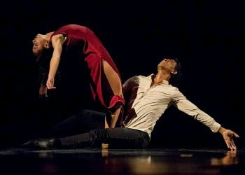 """Los bailarines Carlos Acosta y Lily Menéndez en la obra """"Mermaid"""". Foto: Gabriel Guerra Bianchini / Archivo."""