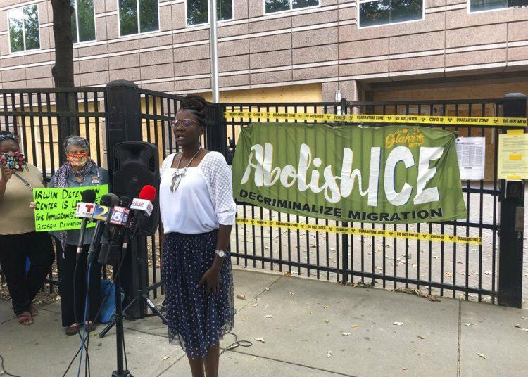 En esta imagen del martes 15 de septiembre de 2020, Dawn Wooten, enfermera en el Centro de Detención del condado de Irwin, en Ocilla, Georgia, durante una conferencia de prensa en Atlanta para denunciar las condiciones de la cárcel de inmigrantes. Foto: AP/Jeff Amy/ Archivo.