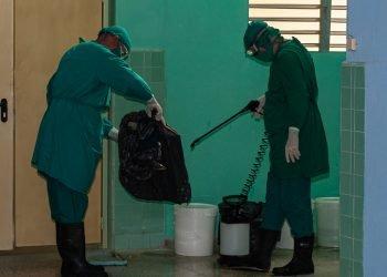 Labores de desinfección en Camagüey durante la pandemia de la COVID-19. Foto: Leandro Pérez/Adelante/Archivo.