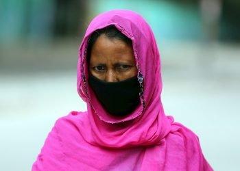 Una mujer india con mascarilla camina por la calle en Bangalore, India. Foto: EFE/Jagadeesh NV.
