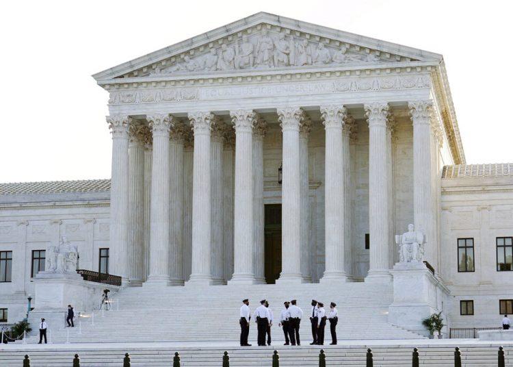 El edificio de la Corte Suprema, donde los restos de la jueza liberal Ruth Bader Ginsburg reposarán el miércoles y jueves. Foto: Susan Walsh/AP.