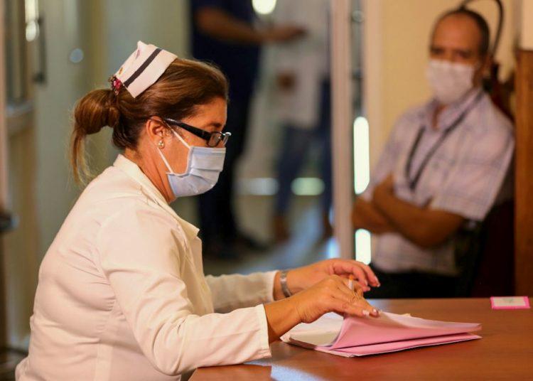 Proceso de inscripción de voluntarios para los ensayos del candidato vacunal cubano. Foto: @FinlayInstituto/Twitter.