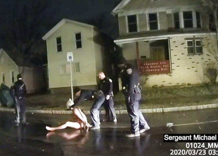 Un policía le coloca una capucha a Daniel Prude el 23 de marzo del 2020, en Rochester, estado de Nueva York. Según investigaciones Prude murió asfixiado por policías. Foto tomada de la cámara corporal de los policías, facilitada por Roth and Roth LLP. Foto: Policía de Rochester, via Roth and Roth LLP, via AP.