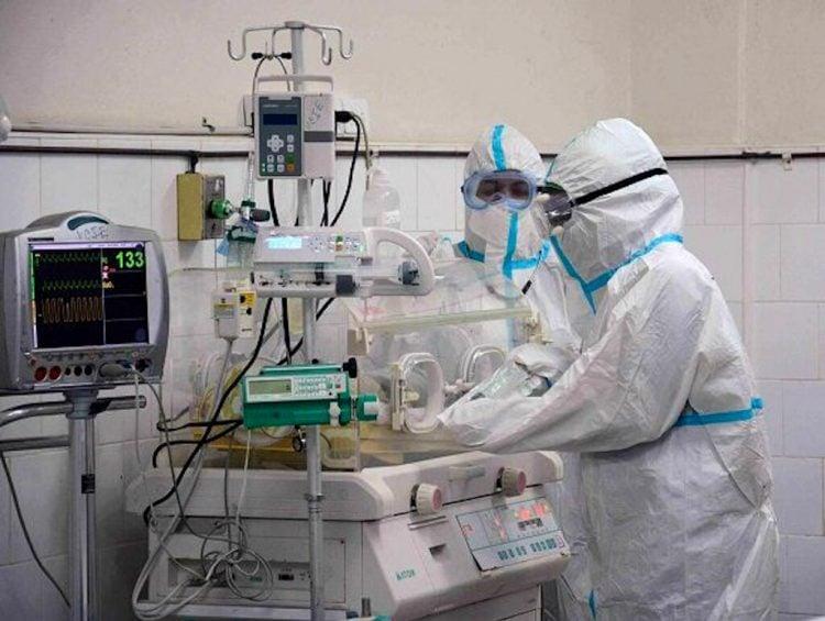 Especialistas atienden al recién nacido en el Hospital Amalia Simoni. Foto: acn.cu