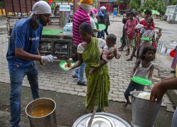 Personas sin hogar en Ia India hacen cola para recibir comida distribuida por una comunidad sikh en Gauhati, India, en septiembre de 2020.  Foto: Anupam Nath/AP.