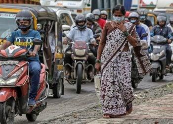 La India rompe el techo diario de COVID-19 mientras su economía cae a pedazos. Foto: EFE/EPA/Divyakant Solanki.