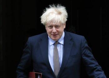El primer ministro británico Boris Johnson saliendo de sus oficinas en Downing Street en Londres. Foto: Kirsty Wigglesworth/AP.