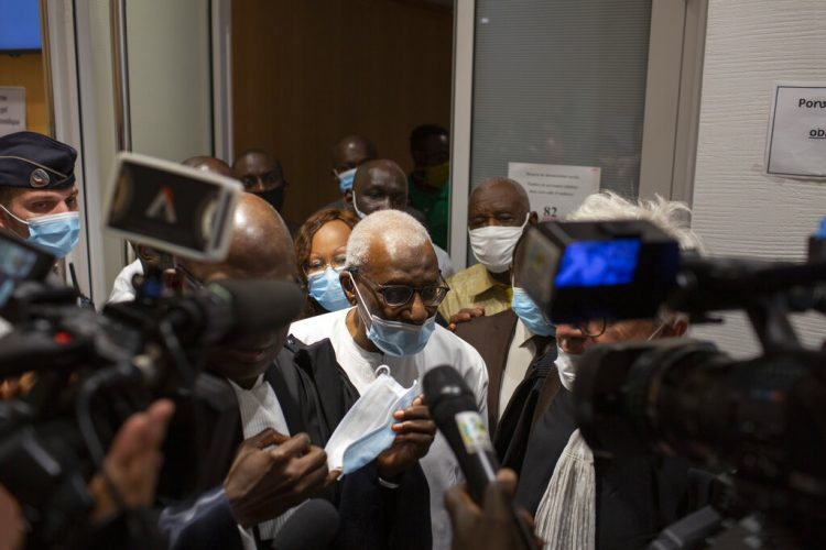 El expresidente de la Federación Internacional de Atletismo, Lamine Diack, sale de la corte tras su juicio en París, Francia, el miércoles 16 de septiembre de 2020. Diack fue sentenciado a dos años de cárcel. Foto: Rafael Yaghobzadeh/AP.