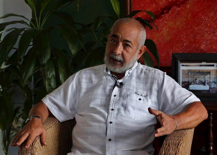 El escritor cubano Leonardo Padura habla durante una entrevista con la agencia EFE el 2 de septiembre de 2020, en La Habana. Foto: Ernesto Mastrascusa / EFE / Archivo.