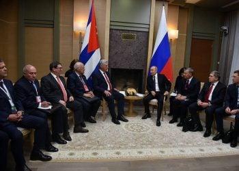 López-Callejas (primero a la izquierda) asiste a una reunión en Moscú (2018) entre el presidente cubano Miguel Díaz-Canel y su homólogo ruso Vladimir Putin. Foto: Archivo/AP.