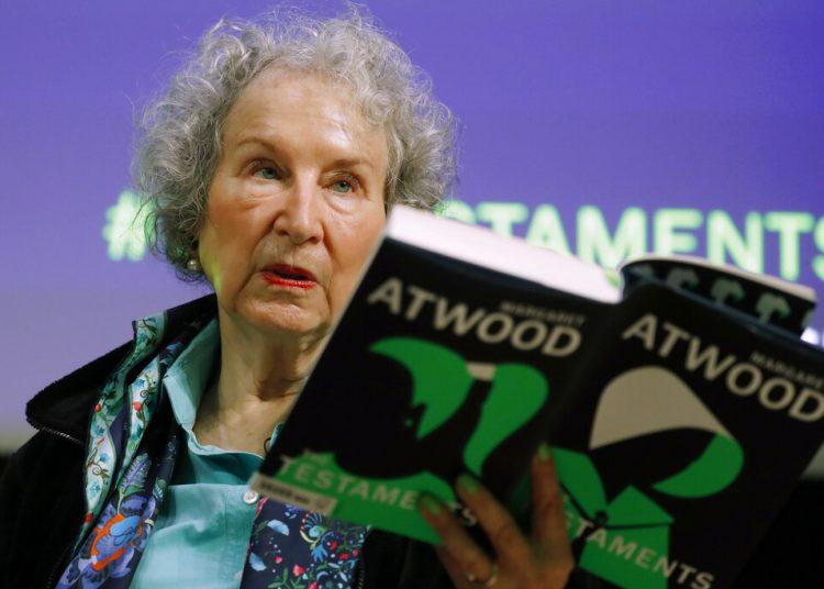 """La autora canadiense Margaret Atwood con una copia de su libro """"The Testaments"""" durante una conferencia de prensa en Londres. Atwood, cuya impresionante obra incluye """"The Handmaid's Tale"""" (El cuento de la criada) que retrata un futuro distópico para Estados Unidos ganó el premio al mérito Richard C. Holbrooke otorgado por el Premio Literario de la Paz Dayton. Foto: Alastair Grant/AP/ archivo."""