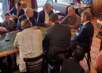 El exalcalde de Nueva York, Mike Blomberg (al centro) durante una reunión con el estado mayor de su campaña en Miami. Foto: Helena Poleo.