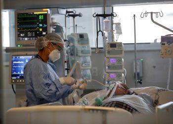 Una doctora observa a un paciente en la Unidad de Cuidados de Intensivos, en el hospital Emilio Ribas en Sao Paulo (Brasil). Foto: EFE/Sebastiao Moreira/Archivo.
