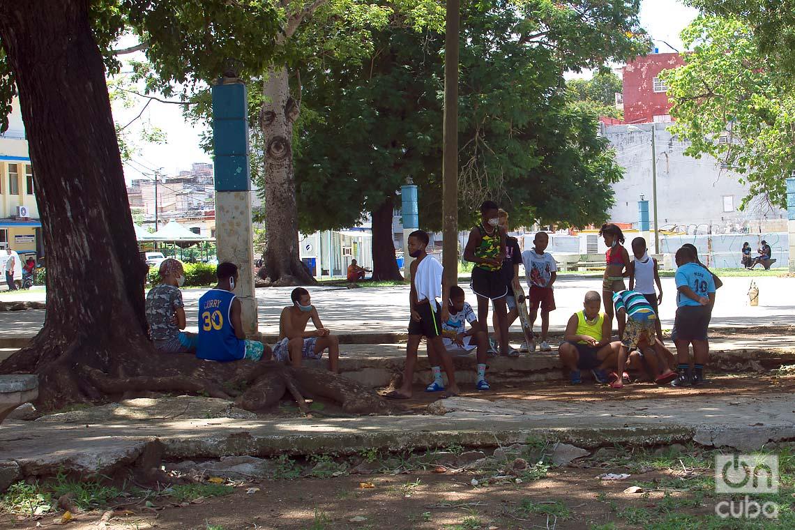Parque Trillo, in Centro Habana, during the outbreak of COVID-19. Photo: Otmaro Rodríguez.