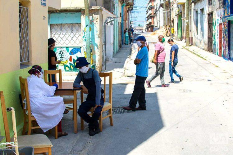 Prueba de la COVID-19 en un cuadrante de Los Sitios, en La Habana. Foto: Otmaro Rodríguez.