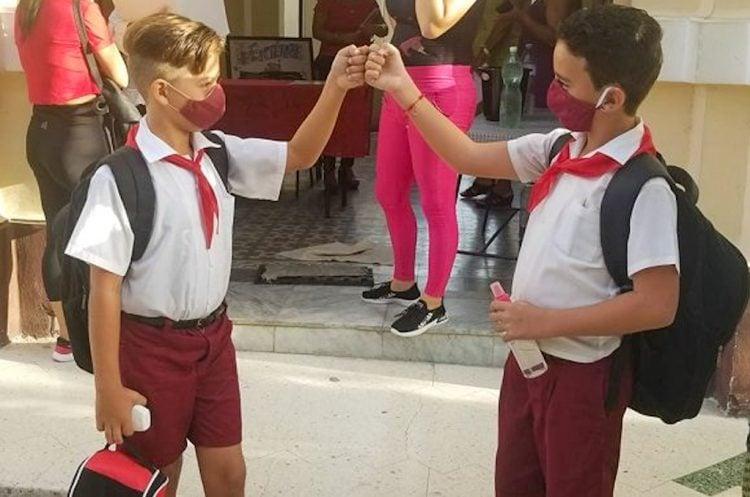 Alumnos cubanos se reencuentran tras el reinicio del curso escolar, luego de su paralización por la pandemia de coronavirus. Foto: cubadebate.cu
