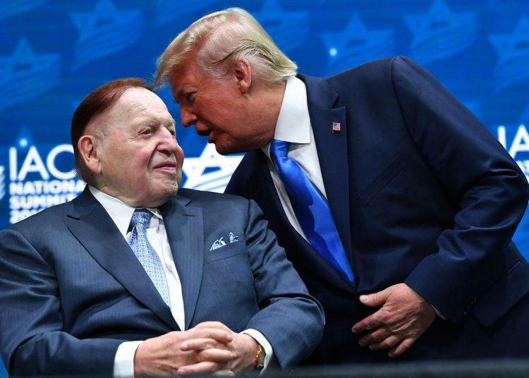 El millonario Sheldon Adelson junto a Trump en una reunión del consejo judío estadounidense en Washington. Foto: Forbes