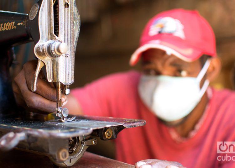 """""""A las personas les urge mi servicio cuando se rompen las máquinas de coser, con ellas hacen nasobucos"""", dice Orismey Martínez. Foto: Otmaro Rodríguez."""