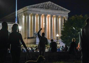 Manifestantes se congregan frente a la Corte Suprema en Washington el 19 de septiembre de 2020 tras la muerte de la jueza Ruth Bader Ginsburg. El nombramiento de un reemplazo agrega otro factor de tensión a una campaña presidencial ya de por sí bastante caldeada. Foto: J. Scott Applewhite/AP.