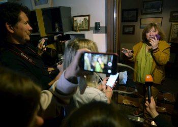 La ganadora del Premio Nobel de Literatura y escritora bielorrusa Svetlana Alexievich habla con periodistas en su casa de Minsk, Bielorrusia, el 9 de septiembre de 2020. Foto: STRINGER/ EFE/EPA.