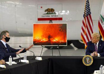 El presidente Trump escucha al gobernador Gavin Newsom informarle sobre los incendios que afectan a California, el lunes 14 de septiembre de 2020 en el aeropuerto McClellan de Sacramento, California. Foto: Andrew Harnik/AP.