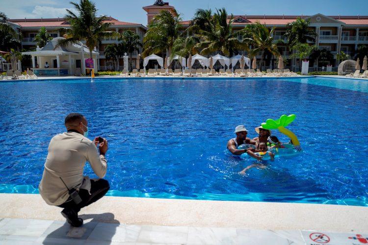 Una familia disfruta de una piscina en un resort, en Punta Cana (R.Dominicana). Foto: EFE/Francesco Spotorno/Archivo.