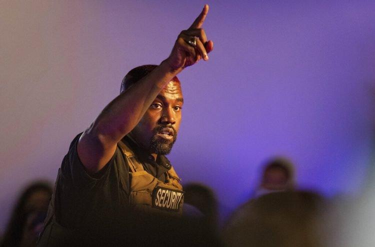 En esta foto del 19 de julio del 2020, Kanye West hace la primera aparición de su campaña presidencial en North Charleston, Carolina del Sur. Foto: Lauren Petracca Ipetracca/The Post And Courier/AP.