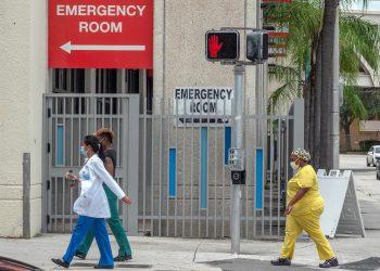 Trabajadores de la salud caminan por el Distrito de Salud en Miami, Florida, EE. UU. Foto: Cristóbal Herrera-Ulashkevich / EFE / Archivo.