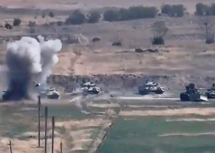 Derrota de vehículos blindados azerbaiyanos en la región de Nagorno-Karabaj, en la frontera de Armenia y Azerbaiyán, el 27 de septiembre de 2020. Según informes de los medios, Armenia ha impuso la ley marcial y la movilización militar total después del estallido de enfrentamientos en el conflicto territorial entre Armenia y Azerbaiyán.  Foto: MINISTERIO DE DEFENSA DE ARMENIA/EFE/EPA.