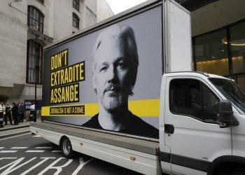 """Un camión que porta un cartel con la foto de Julian Assange y la leyenda """"No extraditen a Assange"""" pasa frente a la Corte Penal Central de Londres, martes 8 de septiembre de 2020. Los abogados del fundador de WikiLeaks y los del gobierno estadounidense se enfrentan en un caso de extradición de alta repercusión demorado por la pandemia. Foto: Kirsty Wigglesworth/AP."""