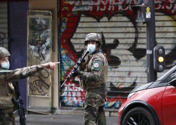 Soldados franceses patrullan por una calle luego de que cuatro personas resultaron heridas en un ataque con cuchillo, cerca de las antiguas oficinas de la revista satírica Charlie Hebdo, en París. Foto: Thibault Camus/AP.