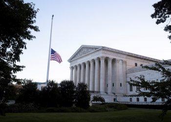 Frente a la Corte Suprema, la bandera de Estados Unidos a media asta en honor a la fallecida jueza estadounidense Ruth Bader Ginsburg, en Washington, DC, Estados Unidos, este 19 de septiembre de 2020. La jueza Ginsburg asumió el cargo el 10 de agosto de 1993 tras un nombramiento del entonces presidente de Estados Unidos, Bill Clinton. Ella era la mayor de los nueve jueces de la Corte Suprema en el momento de su muerte. Foto: MICHAEL REYNOLDS/ EFE/EPA.