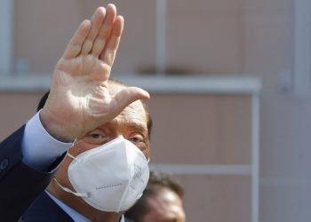 El exprimer ministro italiano Silvio Berlusconi al salir del hospital San Raffaele tras estar internado por coronavirus, en Milán, Italia. Foto: Luca Bruno/AP.