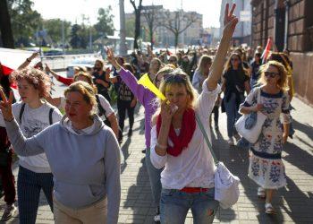 Mujeres asisten a una manifestación opositora en Minsk, Bielorrusia, para protestar contra los resultados oficiales de la elección presidencial, el sábado 26 de septiembre de 2020. Foto: TUT.by/AP.