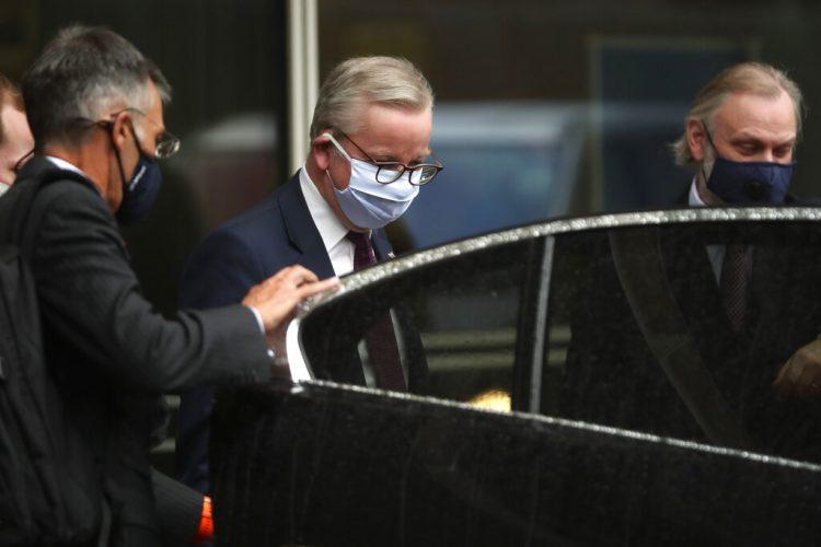 Michael Gove, el ministro británico a cargo de la planificación del Brexit (centro), parte luego de la tercera reunión del Comité Conjunto UE-Reino Unido en la sede de la UE en Bruselas, el lunes 28 de septiembre de 2020. Foto: Francisco Seco/AP.