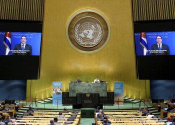 Rodríguez Parrilla, en las pantallas, mientras habla en la Asamblea General de las Naciones Unidas, en Nueva York, Estados Unidos. Ante la pandemia de COVID-19, la 75ª Asamblea General de las Naciones Unidas se realiza de forma virtual. Foto: Manuel Elias / Foto ONU / EFE / EPA.