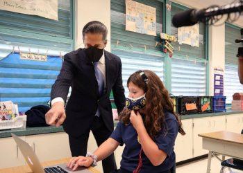 El superintendente escolar, Carvalho, visita un aula el primer día de clases. | ABC
