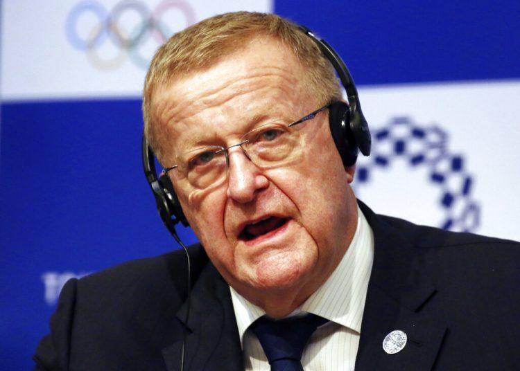John Coates, jefe de la comisión coordinadora del COI para los Juegos Olímpicos de Tokio, habla en conferencia de prensa en Tokio. Foto: Koji Sasahara/AP/Archivo.