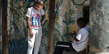 Con estas víctimas, la pandemia del nuevo coronavirus ha dejado 113 fallecimientos en la Isla y una letalidad del 2,24%, según confirmó el doctor Francisco Durán durante su comparecencia de la mañana. Foto: Ernesto Mastrascusa/EFE.