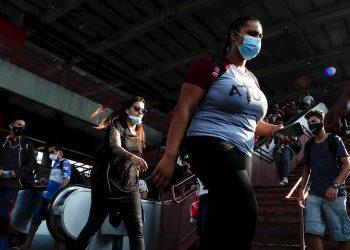 Decenas de personas salen de una estación del metro en el centro de la ciudad de Osasco, en Sao Paulo, Brasil, durante la pandemia de coronavirus. Foto: Sebastiao Moreira / EFE.