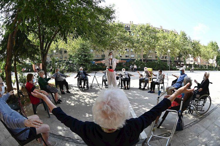 Trabajadores y residentes de un hogar de adultos mayores en Alcalá de Henares, Epaña, se manifiestan públicamente en defensa del sector sociosanitario ante la pandemia de la COVID-19, el martes 15 de septiembre de 2020. Foto: Fernando Villar / EFE.