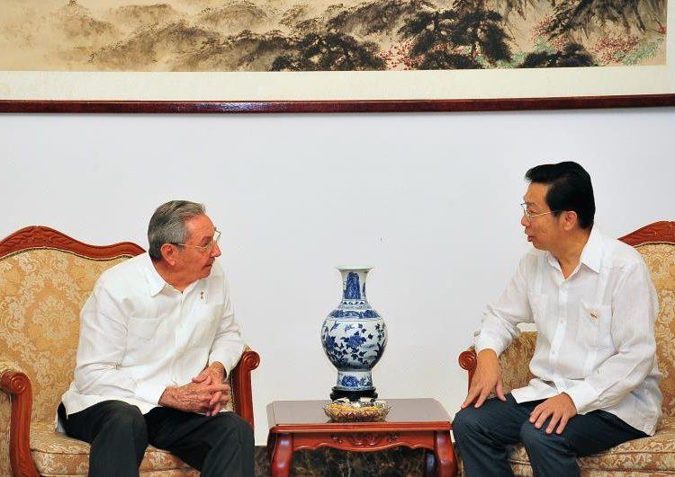 Raúl Castro y el embajador chino en La Habana, Chen Xi. Foto: STR/Xinhua/Archivo.