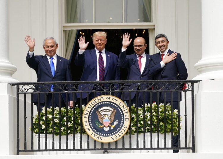 De izquierda a derecha, el primer ministro israelí Benjamin Netanyahu, el presidente Donald Trump, el canciller de Bahrein Khalid bin Ahmed Al Khalifa y el canciller de Emiratos Árabes Unidos Abdullah bin Zayed al-Nahyan, saludando desde el balcón del Salón Azul de la Casa Blanca, el martes 15 de septiembre de 2020, en Washington, D.C. Foto: Alex Brandon/AP.